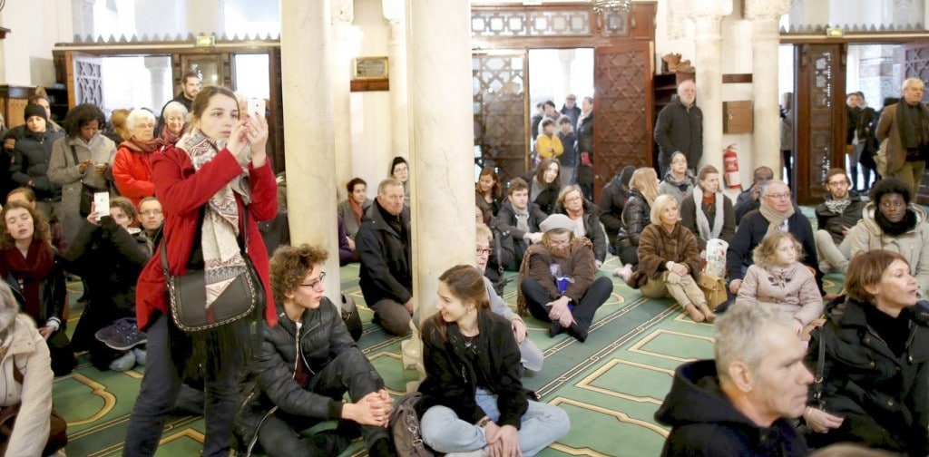 Visitors watch members of the Muslim community praying in the Paris Grand Mosque during an open day weekend for mosques in France, January 10, 2016.   REUTERS/Charles Platiau - RTX21QRF